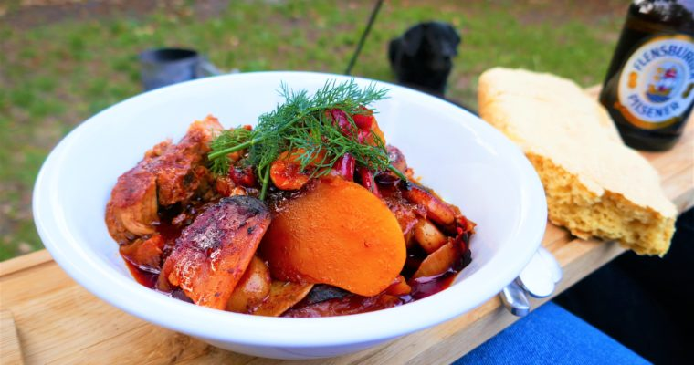 kociołek na ognisko – Karkówka z warzywami i sosem barbecue